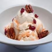 白巧克力冰淇淋圣代(带有蔓越莓树莓焦糖酱,碧根果和蔓越莓)