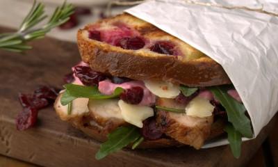 蔓越莓烤鸡肉三明治配蔓越莓迷迭香蛋黄酱